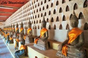 Templo com Budas na parede