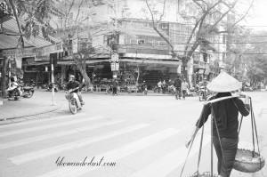 Mulheres oferecem turistas para tirar foto e cobram dinheiro